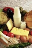 Γαλακτοκομικά προϊόντα και λαχανικά, διάφοροι τύποι τροφίμων σε ένα υπόβαθρο στοκ εικόνα