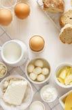 Γαλακτοκομικά προϊόντα σε έναν άσπρο πίνακα Στοκ Εικόνες