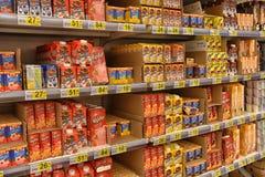 Γαλακτοκομικά προϊόντα στα ράφια στην υπεραγορά Στοκ φωτογραφία με δικαίωμα ελεύθερης χρήσης