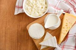 γαλακτοκομικά φρέσκα πρ&om Τυρί γάλακτος, τυριών, brie, camembert και εξοχικών σπιτιών στο ξύλινο υπόβαθρο Στοκ Φωτογραφίες