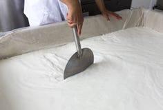 Γαλακτοκομική μίξη εργαζομένων γαλακτοκομείου παραγωγής τυριών Στοκ φωτογραφία με δικαίωμα ελεύθερης χρήσης