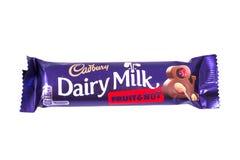 Γαλακτοκομικοί φρούτα γάλακτος Cadbury και φραγμός σοκολάτας καρυδιών Στοκ Εικόνες