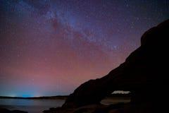 Γαλακτώδεις γαλαξίας και αστέρια τρόπων στο νυχτερινό ουρανό στοκ εικόνες