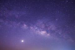Γαλακτώδης γαλαξίας τρόπων με τα αστέρια και διαστημική σκόνη στον κόσμο, πολύ Στοκ Φωτογραφίες