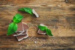 Γαλακτώδης πορώδης άσπρη και σκοτεινή σοκολάτα με τη μέντα, τοπ άποψη Στοκ Εικόνα