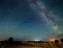 Γαλακτώδης τρόπος αστεριών στο νυχτερινό ουρανό στοκ εικόνα