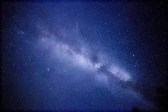 Γαλακτώδης τρόπος και ένας δορυφόρος Αυτή η μακριά αστρονομική φωτογραφία έκθεσης του αστερισμού του Κύκνου νεφελώματος κερδίζετα Στοκ Φωτογραφία