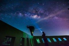 Γαλακτώδης τρόπος και εκατομμύριο αστέρι στον ουρανό πέρα από το ταϊλανδικό άγαλμα δράκων Στοκ φωτογραφία με δικαίωμα ελεύθερης χρήσης