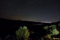 Γαλακτώδης τρόπος με τα δέντρα πέρα από τη λίμνη Vilash σε Masalli με τη σκιαγραφία των λόφων Φύση του Αζερμπαϊτζάν Στοκ φωτογραφία με δικαίωμα ελεύθερης χρήσης