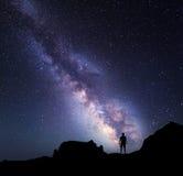 Γαλακτώδης τρόπος Νυχτερινός ουρανός και σκιαγραφία ενός μόνιμου ατόμου Στοκ Εικόνες