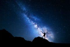 Γαλακτώδης τρόπος Νυχτερινός ουρανός και σκιαγραφία ενός μόνιμου ατόμου Στοκ Εικόνα