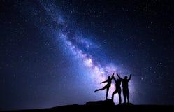 Γαλακτώδης τρόπος Νυχτερινός ουρανός με τη σκιαγραφία μιας ευτυχούς οικογένειας Στοκ Εικόνες