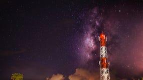 Γαλακτώδης τρόπος πέρα από τον πύργο τηλεπικοινωνιών Στοκ Εικόνες