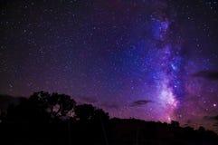 Γαλακτώδη αστέρια νυχτερινού ουρανού τρόπων Στοκ Εικόνες