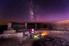 Γαλακτώδη αστέρια τρόπων επάνω από την πυρκαγιά νύχτας περιοχών στρατοπέδευσης Στοκ εικόνα με δικαίωμα ελεύθερης χρήσης
