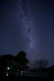 Γαλαξίας πέρα από τη λίμνη Στοκ εικόνες με δικαίωμα ελεύθερης χρήσης