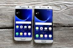 Γαλαξίας 7 της Samsung άκρη και γαλαξίας 7 της Samsung στον πίνακα Στοκ φωτογραφία με δικαίωμα ελεύθερης χρήσης