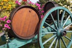 Γαλλικά βαρέλια κρασιού του χωριού αμπελώνων κρασιού και κάρρο, συγκομιδή σταφυλιών Στοκ φωτογραφίες με δικαίωμα ελεύθερης χρήσης