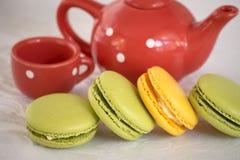 Γαλλικά ζωηρόχρωμα macarons με teapot και ένα φλυτζάνι Στοκ εικόνες με δικαίωμα ελεύθερης χρήσης