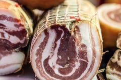 Γαλλικά λιχουδιές και μπέϊκον χοιρινού κρέατος ειδικότητας που καλούνται ventreche στο χασάπη στοκ φωτογραφίες με δικαίωμα ελεύθερης χρήσης