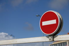Γαλλικά κανένα σημάδι εισόδων στο μπλε ουρανό Στοκ εικόνα με δικαίωμα ελεύθερης χρήσης