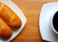 Γαλλικά κουλούρια με το φλιτζάνι του καφέ Στοκ Φωτογραφίες