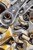 Γαλλικά κλειδιά και κλειδιά που λεκιάζουν με το πετρέλαιο μηχανών Στοκ εικόνες με δικαίωμα ελεύθερης χρήσης