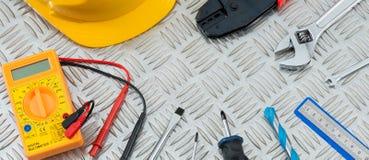 Γαλλικά κλειδιά, κατσαβίδια, ένα πολύμετρο, άλλα εργαλεία στον έλεγχο χάλυβα Στοκ Φωτογραφίες