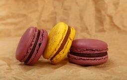 Γαλλικά μπισκότα macaron στην περγαμηνή καφετιού εγγράφου Στοκ Εικόνες