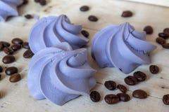 Γαλλικά μπλε μπισκότα μαρέγκας και φασόλια καφέ Στοκ εικόνα με δικαίωμα ελεύθερης χρήσης