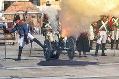 Γαλλικά στρατεύματα που βάζουν φωτιά στο πυροβόλο στο πεδίο μάχη κατά τη διάρκεια της αντιπροσώπευσης της μάχης Bailen Στοκ φωτογραφία με δικαίωμα ελεύθερης χρήσης