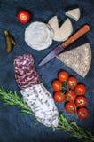Γαλλικά τυρί, σαλάμι, ντομάτες και τουρσιά Στοκ φωτογραφίες με δικαίωμα ελεύθερης χρήσης