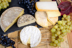 Γαλλικά τυριά με τα σταφύλια Στοκ εικόνα με δικαίωμα ελεύθερης χρήσης
