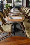 Γαλλικά υπαίθρια καθίσματα καφέδων στο Παρίσι Στοκ Εικόνες