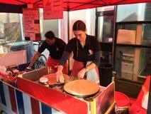Γαλλικά Cook προετοιμάζονται Crepe στη γαλλική αγορά Λα Cigala Στοκ εικόνα με δικαίωμα ελεύθερης χρήσης