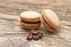 Γαλλικά macaroons με τα φασόλια καφέ Στοκ Φωτογραφίες