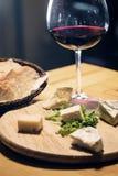Γαλλικές κόκκινο κρασί τυριών και πιατέλα ψωμιού Στοκ Φωτογραφία