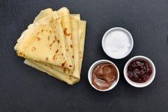 Γαλλικές τηγανίτες με τα accompaniments Στοκ Εικόνα