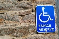 Γαλλική διατηρημένη χώρων στάθμευσης δυνατότητα πρόσβασης αναπηρίας εικονιδίων σημαδιών εκτός λειτουργίας άτομα με ειδικές ανάγκε Στοκ Φωτογραφίες
