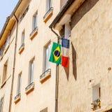 Γαλλική και βραζιλιάνα σημαία που κρεμιέται έξω από το παράθυρο στην πόλη Στοκ φωτογραφία με δικαίωμα ελεύθερης χρήσης