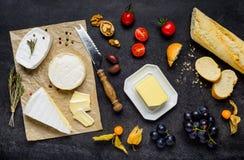 Γαλλική κουζίνα με το τυρί και το ψωμί της Brie Στοκ Εικόνες