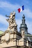 Γαλλική σημαία που κυματίζει πάνω από το μεγάλο παλάτι Γαλλία Παρίσι Στοκ Φωτογραφίες