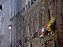 Γαλλική σημαία στο παράθυρο του Παρισιού Στοκ εικόνα με δικαίωμα ελεύθερης χρήσης