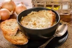 Γαλλική σούπα κρεμμυδιών με τις φρυγανιές στον ξύλινο πίνακα στοκ φωτογραφίες με δικαίωμα ελεύθερης χρήσης