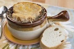 Γαλλική σούπα κρεμμυδιών με το ελβετικά τυρί και το ψωμί Στοκ Εικόνες