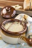 Γαλλική σούπα κρεμμυδιών με το τυρί και γαλλικό ψωμί Στοκ φωτογραφία με δικαίωμα ελεύθερης χρήσης