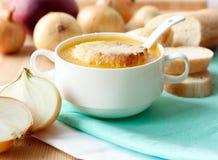 Γαλλική σούπα κρεμμυδιών στο άσπρο κύπελλο πορσελάνης Στοκ φωτογραφίες με δικαίωμα ελεύθερης χρήσης