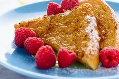 Γαλλική φρυγανιά με το μέλι, τη ζάχαρη και τα σμέουρα Στοκ φωτογραφία με δικαίωμα ελεύθερης χρήσης