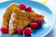 Γαλλική φρυγανιά με το μέλι, τη ζάχαρη και τα σμέουρα Στοκ εικόνα με δικαίωμα ελεύθερης χρήσης