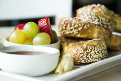 Γαλλική φρυγανιά με το πρόγευμα φρούτων Στοκ φωτογραφία με δικαίωμα ελεύθερης χρήσης